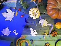 万圣节装饰,在蓝色背景的秋叶,季节性假日 免版税库存照片