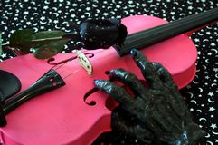 万圣节音乐粉红色小提琴 免版税库存图片