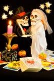 万圣节鬼魂,想知道在爱占卜用的纸牌读书 库存图片