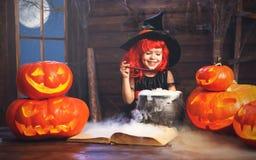 万圣节 儿童准备在大锅的女孩巫婆魔药有p的 免版税图库摄影