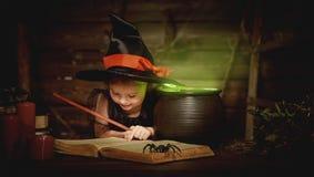 万圣节 儿童准备在大锅的女孩巫婆魔药 免版税库存图片