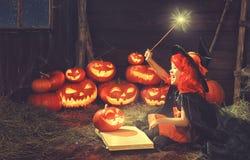 万圣节 儿童巫婆用南瓜杰克和s不可思议的书  库存照片