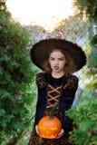 万圣节 女孩代表恼怒的巫师 图库摄影