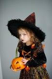 万圣节 女孩刻画邪恶的女巫 库存照片