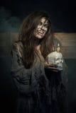 万圣节 有一块头骨的吸血鬼在手上 免版税图库摄影