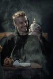 万圣节 有一块头骨的笑的修士在他的手上 库存图片