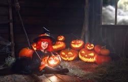 万圣节 有不可思议的鞭子和南瓜的巫婆孩子 图库摄影