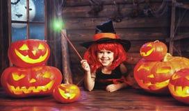 万圣节 有不可思议的鞭子和南瓜的杰克儿童小巫婆 库存照片