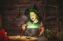 万圣节 烹调在大锅的小巫婆孩子魔药与 免版税库存照片