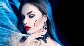 万圣节 秀丽性感的吸血鬼妇女 库存图片