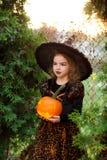 万圣节 美丽的小女孩刻画邪恶的神仙 库存图片