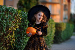 万圣节 美丽的小女孩刻画邪恶的神仙 免版税库存图片