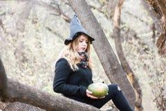 万圣节 美丽的巫婆和绿色 免版税库存图片