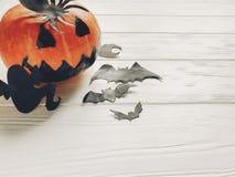 万圣节 顶起与巫婆鬼魂棒和蜘蛛的灯笼南瓜 免版税库存图片