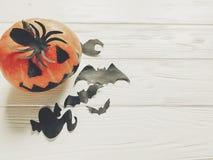 万圣节 顶起与巫婆鬼魂棒和蜘蛛的灯笼南瓜 免版税图库摄影