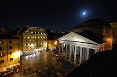 万神殿在晚上,广场della Rotonda,罗马 免版税库存图片