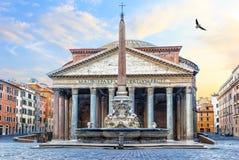 万神殿在罗马,意大利,在寺庙和喷泉的看法有一个专栏的在Rotonda广场 免版税图库摄影