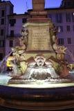万神殿的喷泉在罗马在晚上 免版税库存照片