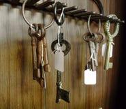 万能钥匙,垂悬在墙壁上的老钥匙在古董店的待售 库存照片