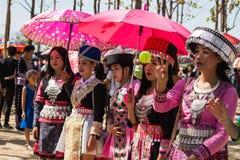 万象首都,老挝- 2017年11月:穿Hmong传统衣裳的Hmong女孩在Hmong新年庆祝时  免版税库存图片