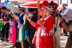 万象首都,老挝- 2017年11月:穿Hmong传统衣裳的Hmong女孩在Hmong新年庆祝时  免版税库存照片