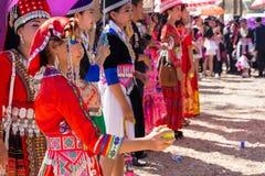 万象首都,老挝- 2017年11月:穿Hmong传统衣裳的Hmong女孩在Hmong新年庆祝时  库存图片