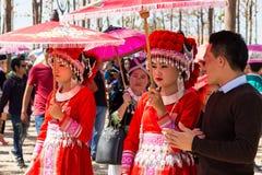 万象首都,老挝- 2017年11月:穿Hmong传统衣裳的Hmong女孩在Hmong新年庆祝时  免版税图库摄影