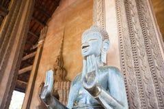 万象,老挝- 2月2 :在山楂Phra钾的古铜色菩萨雕象 免版税库存照片