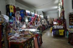 万象,老挝- FABRUARY 2013年:在Patuxai纪念碑里面的纪念品店在万象,老挝 图库摄影