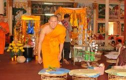 万象/老挝:Monastry的修士在圣洁stupa Lua 库存图片