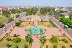 万象从Patuxai纪念碑里边的市视图 库存图片