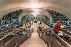 素万那普国际机场终端的人们 库存照片