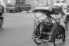 万隆在黑白背景的人力车三轮车 库存图片