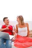 丈夫互联网怀孕的购物妇女 免版税库存照片