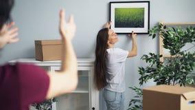 丈夫和妻子图片的采摘地方在打手势的新房里谈话和 股票视频