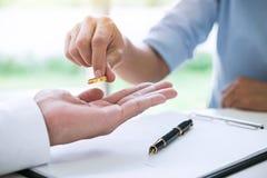 丈夫和妻子签署离婚判决溶解或c 免版税图库摄影