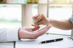 丈夫和妻子签署离婚判决溶解或c 免版税库存图片