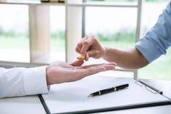 丈夫和妻子签署离婚判决溶解或c 免版税库存照片