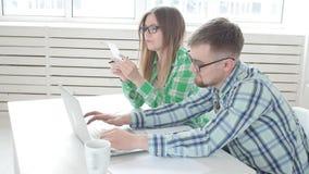 丈夫和妻子计数购买和票据为过去月和记录结果在他们的家庭簿记在a 股票视频
