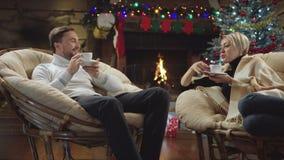 丈夫和妻子饮料咖啡和谈话在新年夜 影视素材