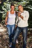 丈夫和怀孕妻子摆在 免版税库存照片