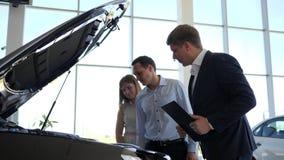 丈夫和妻子选择新的车,专业维护买家汽车,经理汽车经销权谈话 影视素材