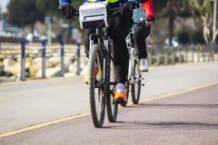 丈夫和妻子,当骑自行车时 免版税库存照片