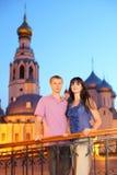 丈夫在亚历山大Nevsky教会附近的妻子拥抱 库存照片