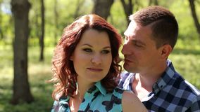 丈夫在公园拥抱他怀孕的妻子 股票录像