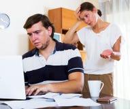 丈夫工作狂和被抛弃的妻子画象  库存图片
