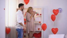 丈夫惊喜为愉快的妻子做准备,嫩信任的联系 股票录像