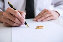 丈夫签署的离婚判决的手溶解或cance 库存图片