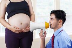 丈夫谈话与他的婴孩 免版税库存图片
