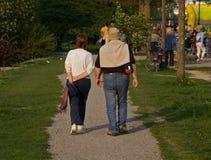 丈夫走的妻子 免版税图库摄影